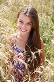 Rinnande sommarfält för härlig ung liten flicka fotografering för bildbyråer