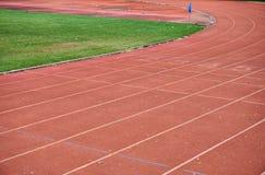 Rinnande spår i idrotts- stadion Arkivbilder
