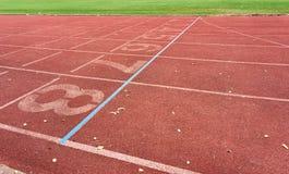 Rinnande spår i idrotts- stadion Arkivbild