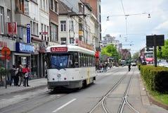 Rinnande spårvagnar i centrum av Antwerp Royaltyfria Foton