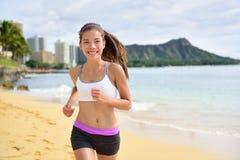Rinnande sportkonditionkvinna som joggar på strandkörning Arkivbilder