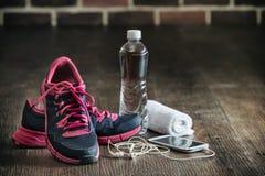 Rinnande sportutrustning för kondition, släp för musik för gymnastikskovattentelefon royaltyfria foton