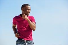 Rinnande sund ung afrikansk man utomhus royaltyfria foton