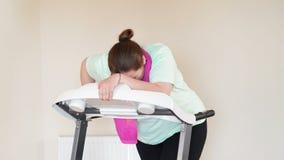 Rinnande trampkvarn för fet kvinna