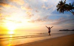 Rinnande ung rolig man på havsstrand Royaltyfri Foto