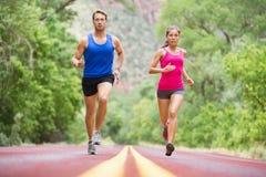 Rinnande ungdomar- jogga utbildning i natur Royaltyfri Fotografi
