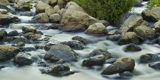 rinnande vatten i en liten vik Royaltyfri Bild