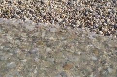 Rinnande vatten i tidvatten, hav, kefalonia, Grekland Arkivbild