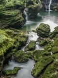 Rinnande vatten med vattenfallet Royaltyfria Foton