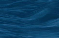 Rinnande vatten mjukt vågbakgrundsmörker - blått Royaltyfri Foto