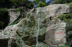 Rinnande vatten på berget Taishan Royaltyfria Bilder