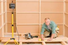 Rinnovamento di legno del pavimento di miglioramento domestico del tuttofare immagini stock libere da diritti