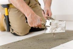 Rinnovamento domestico - tuttofare che pone mattonelle fotografie stock libere da diritti