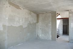 Rinnovamento intonacante incompleto della stanza della casa e ritoccare con la entrata fotografie stock