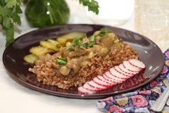 Rins da carne com trigo mourisco e verdes Imagem de Stock Royalty Free