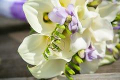 Rins de mariage et bouquet nuptiale Photo libre de droits