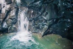 Rio, água, rochas na água, a corredeira do rio, cachoeira, exposição longa Fotos de Stock Royalty Free
