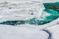 Rio abaixo do rio congelado Imagens de Stock Royalty Free