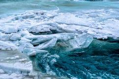 Rio abaixo do rio congelado Fotografia de Stock Royalty Free