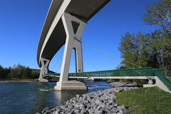 Rio acima da curva da ponte imagens de stock