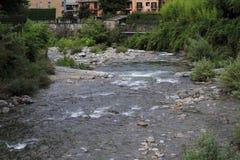 Rio Adda com Morbegno, Morbend na província de Sondrio em Itália Fotografia de Stock