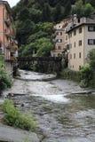 Rio Adda com Morbegno, Morbend na província de Sondrio em Itália Fotos de Stock Royalty Free
