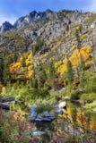 Rio amarelo Washington de Wenatchee da reflexão das cores vermelhas da queda Foto de Stock Royalty Free