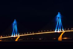 Rio-Antirio Brücke nachts lizenzfreie stockfotos