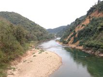 Rio ao longo da montanha Fotos de Stock