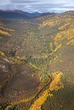 Rio através de um vale da montanha Imagem de Stock Royalty Free
