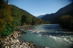 Rio azul da montanha Fotos de Stock Royalty Free