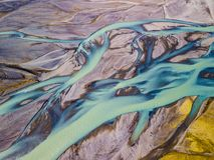 Rio azul torcido de Islândia fotos de stock royalty free