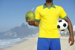 Rio bebendo brasileiro do coco do jogador de futebol do futebol fotografia de stock