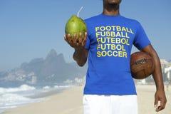 Rio bebendo brasileiro do coco do jogador de futebol do futebol fotos de stock