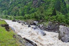 Rio Bhagirathi & x28; tributário principal do Ganges& x29; correndo através de montanhas Himalaias, Uttarakhand, Índia Imagens de Stock Royalty Free