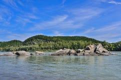 Rio bonito da montanha - paisagem ensolarada do verão Fotografia de Stock