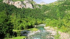 Rio Bujaruelo de Rio Ara no vale Pyrenees Huesca Aragon de Valle de Ordesa na Espanha filme