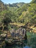 Rio Cahabon River, formando baías e cascatas numerosas, Guatemala foto de stock royalty free
