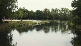 Rio calmo 'Lippe 'através do parque da cidade central durante o dia de verão em Lippstadt, Alemanha video estoque