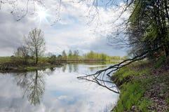 Rio calmo e céu nebuloso Imagem de Stock