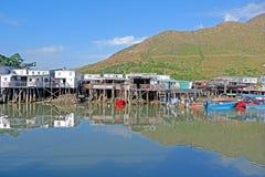 Rio, casa de madeira e vila com reflexão no campo de Hong Kong fotografia de stock royalty free