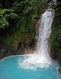 Rio Celeste Waterfall en Tenorio Volcano National Park en Costa Rica Image stock