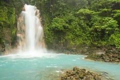 Rio Celeste Waterfall och pöl Arkivfoton