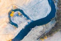 Rio coberto na paisagem aérea da névoa Cen?rio do nascer do sol foto de stock