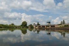 Rio com céu azul e nuvens no dia de verão fotografia de stock