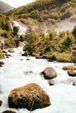 Rio com a cachoeira no fundo e as rochas no primeiro plano, Noruega fotografia de stock royalty free