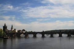 Rio com ponte imagem de stock