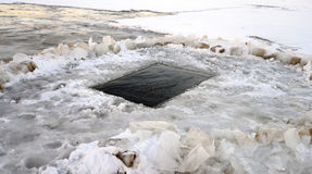 Rio congelado com gelo-furo Imagens de Stock Royalty Free