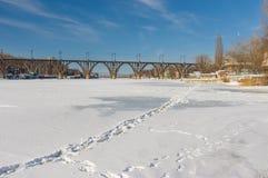 Rio congelado e coberto de neve Dnepr com pegadas na parte central da cidade ucraniana Imagens de Stock Royalty Free