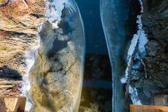 Rio congelado metade no inverno Foto de Stock Royalty Free